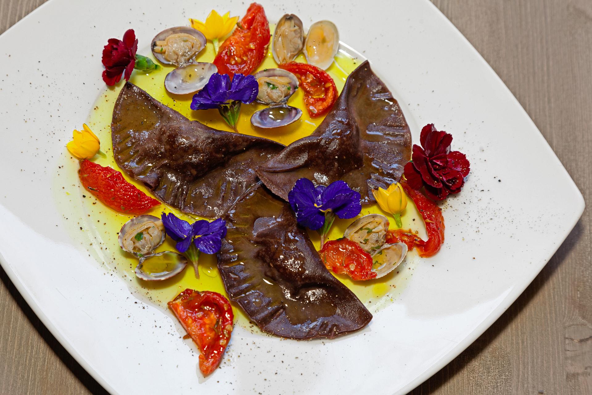 Tortelli al cacao con vongole e pomodori confit