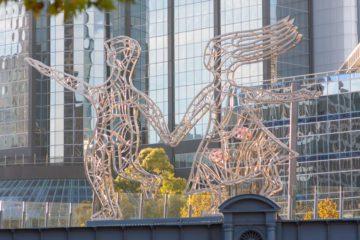 Melbourne - decorazione urbana davanti ad un moderno grattacielo