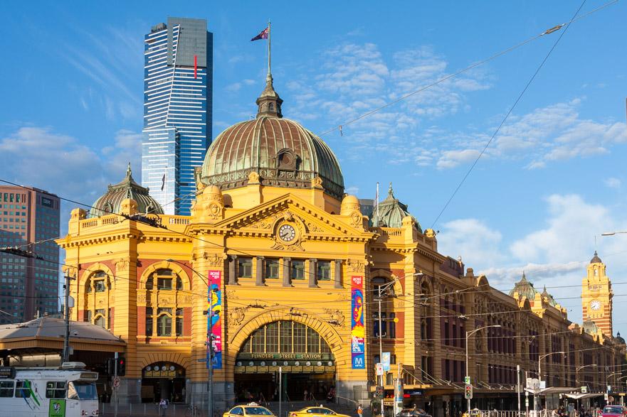 Melbourne - Flinders Station con Eureka Tower sullo sfondo