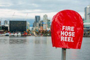 Melbourne - Presa dell'acqua per i pompieri con skyline sfocato sullo sfondo