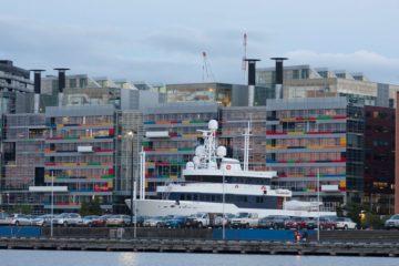 Melbourne: edificio moderno sul porto durante l'ora blu