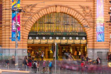 Melbourne: l'ingresso di Flinders Station durante l'ora blu