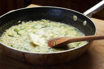 Cottura risotto con zucchine